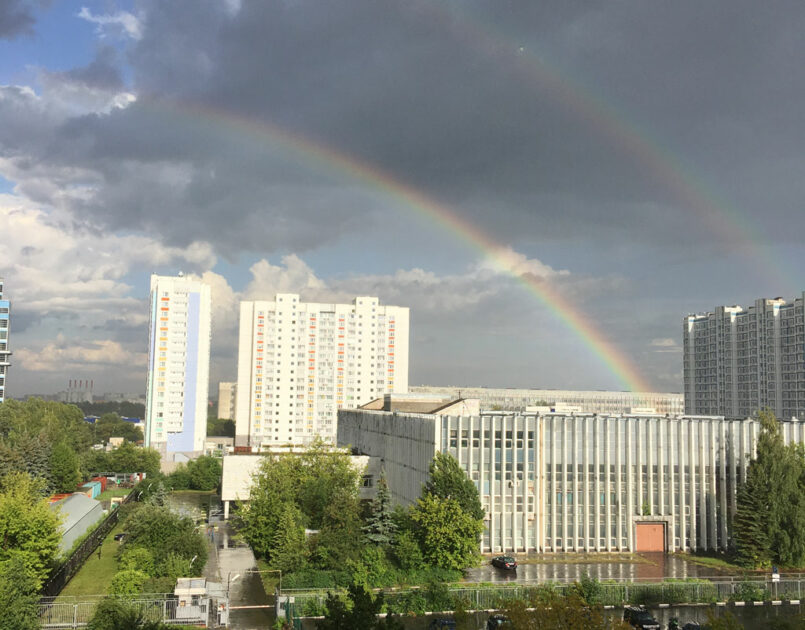 Вид на радугу после дождя